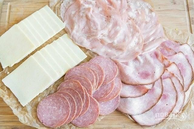 3. Нарежьте тонкими ломтиками мясные деликатесы и сыр.