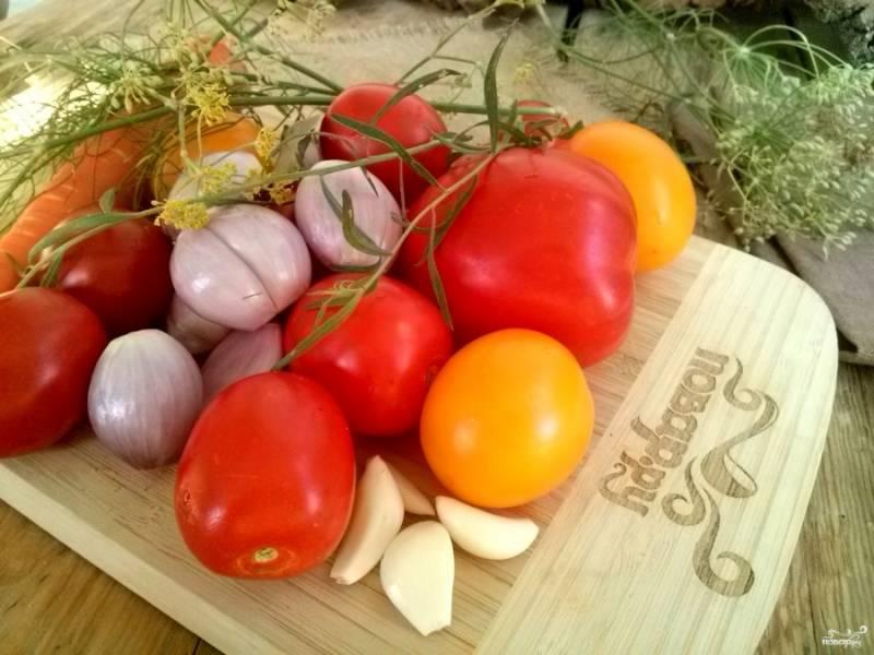 Подготовьте овощи, помойте и очистите лук, чеснок, морковь. У меня лук-шалот. Если вы будете использовать крупный лук, порежьте его на кусочки. Морковь порежьте ломтиками.