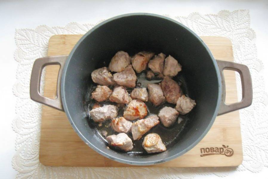 Налейте подсолнечное масло и поджарьте свинину до легкой румяной корочки.
