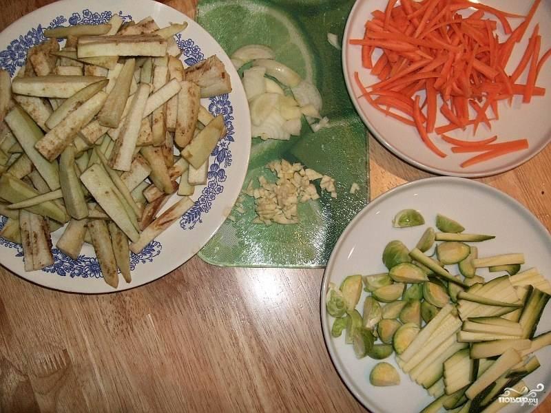 1. Все овощи, по крайней мере, баклажаны,морковь и цукини нарезать соломкой.