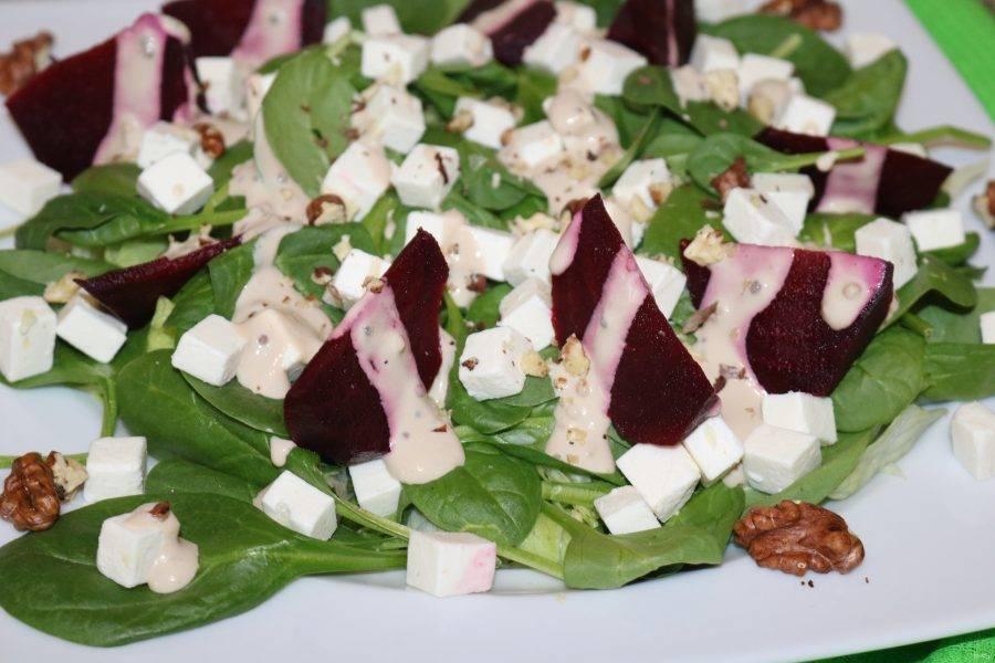 Посыпьте салат измельчёнными грецкими орехами.