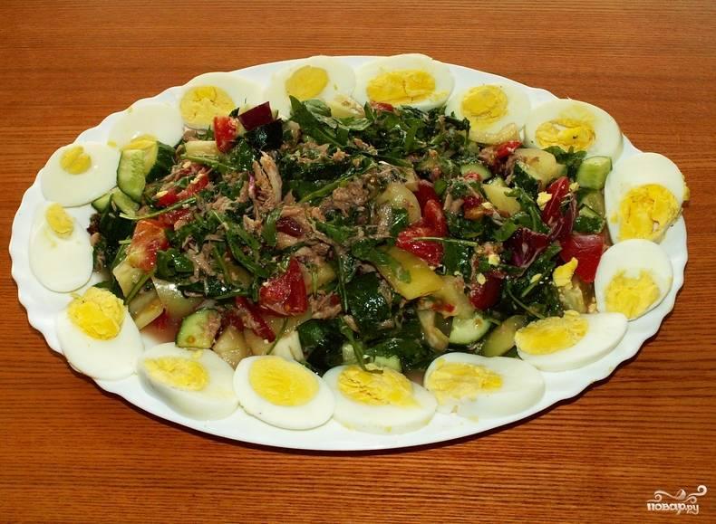Солим и перчим по вкусу. Украшаем блюдо отварными перепелиными яйцами. Приятного аппетита!