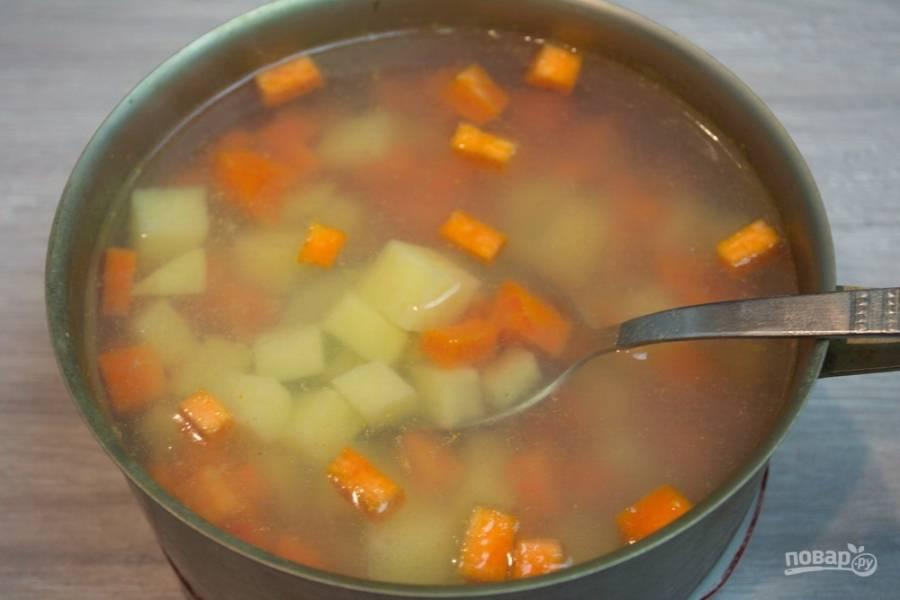 Отдельно вскипятите воду в кастрюле. В кипящую воду поместите морковь. Варите 5 минут, а спустя некоторое время добавьте картофель. Варите еще 5 минут. Теперь добавьте в кастрюлю к овощам 1,5 ст. ложки уксуса. Это замедлит процесс варки, и ваши овощи не разварятся в кашу. Воду посолите. Доведите овощи до готовности (15-20 минут).