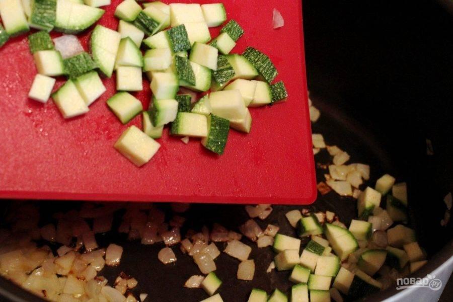 Затем в сковороду добавьте мелко нарезанный кабачок и помидоры. Также всыпьте измельчённый чеснок. Готовьте до мягкости кабачков.