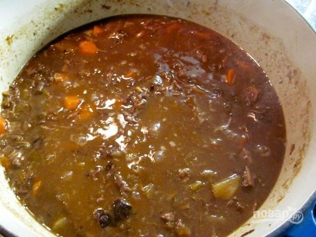 4.Смешайте вино, бульон, уксус, сахар, соус, влейте все к мясу и после закипания готовьте на слабом огне 1,5 часа. Спустя необходимое время добавьте муку, смешанную с холодной водой, и размешайте, добавьте курагу, чернослив, репу и морковь, удалите лавровый лист и готовьте еще 45 минут.