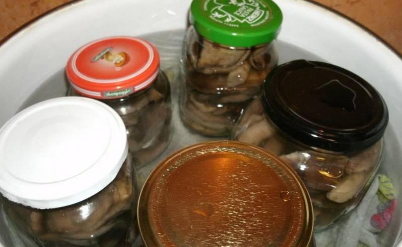 Залейте горячим маринадом грибы, накройте банки крышками. Ставим банки в кастрюли с кипящей водой и стерилизуем 20 минут.