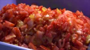 Помидоры нарежьте или нашинкуйте. Кожицу с помидоров рекомендую снять. Для этого опустите их в кипяток, предварительно надрезав плодоножку. Подержите 3-4 минуты, затем снимите кожицу и нашинкуйте.