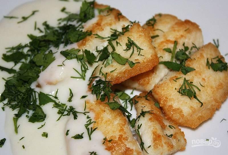 Готовую треску залейте соусом и добавьте зелень. Приятного аппетита!