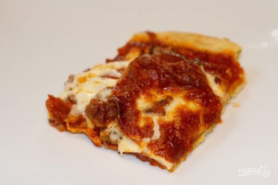 4.Готовую пиццу извлеките из сковороды, нарежьте кусочками и сразу подавайте к столу.