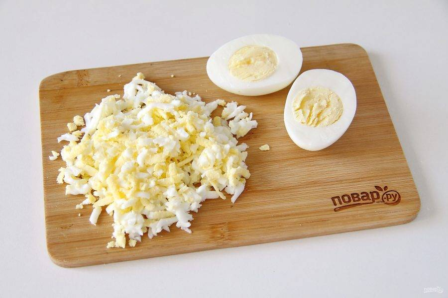 Яйца отварите и натрите на крупной терке.