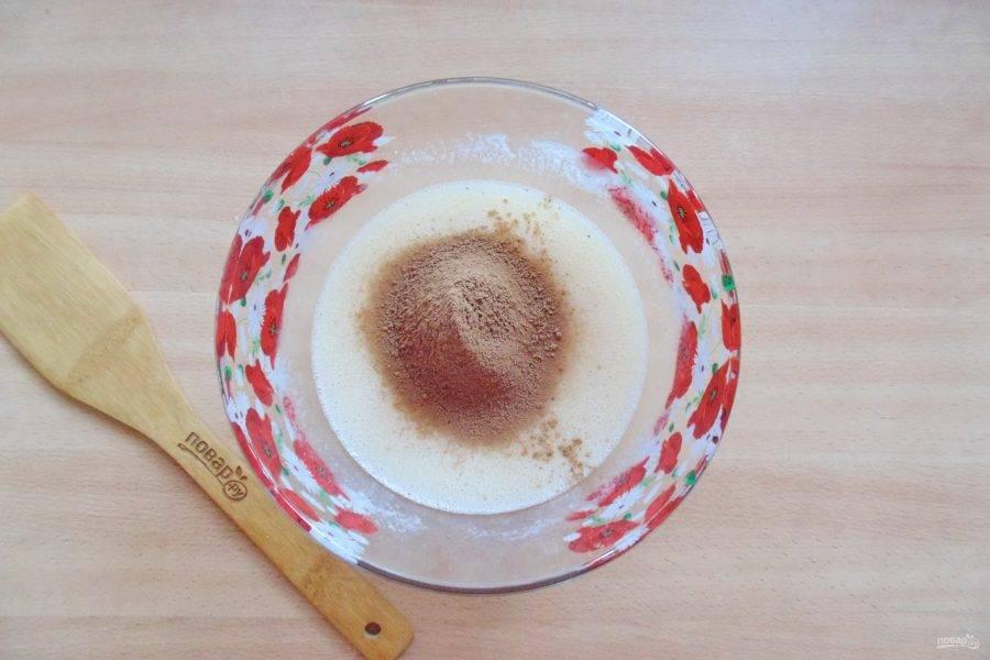 Добавьте просеянное какао.