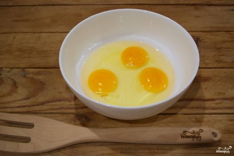 Я делаю половину порции, но продукты указаны для полной. Итак, в миску вбиваем яйца. Добавляем соль и перец, взбиваем.
