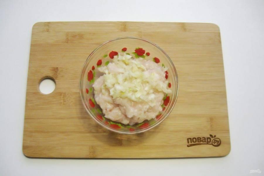 Рыбное филе и репчатый лук измельчите в мясорубке или в блендере.