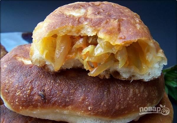 9. Готовые пирожки выкладывайте на бумажное полотенце, чтобы убрать излишки масла, и подавайте к столу.  Приятного аппетита!