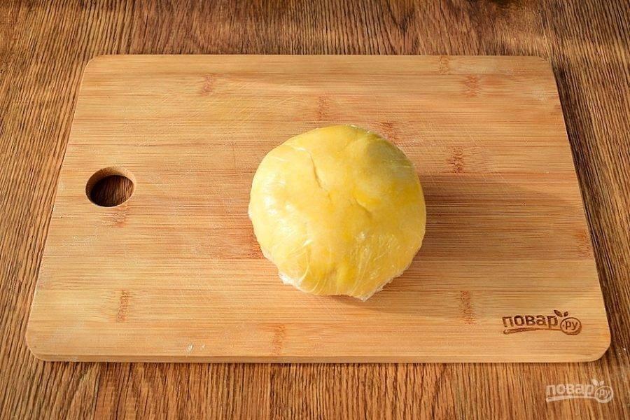 Муку, соль, сахар и сливочное масло перетрите в крошку, добавьте яйцо и замесите тесто. Если тесто не собирается в шар, добавьте  1-2 ст. л. ледяной воды. Заверните тесто в пищевую пленку, оставьте в холодильнике на 1 час.