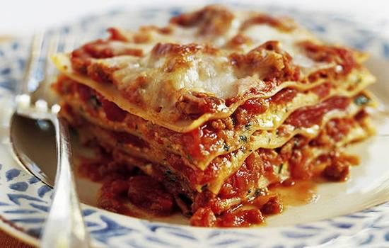 Духовку разогреваем до 350 градусов 175 градусов. Распределяем 1 стакан томатного соуса на намасленное дно противня. Выкладываем на противень слой лапши, на лапшу - смесь из сыра и яиц, а также пасту с соусом. Слои повторяем, в конце присыпаем остатками тертого сыра. Выпекаем 40 минут. Приятного аппетита!