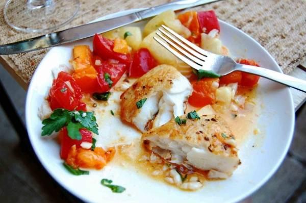 Выкладываем рыбу на тарелку, поливаем овощной смесью, добавляем зелени. Вот такой палтус на сковороде за считанные минуты! Приятного аппетита!