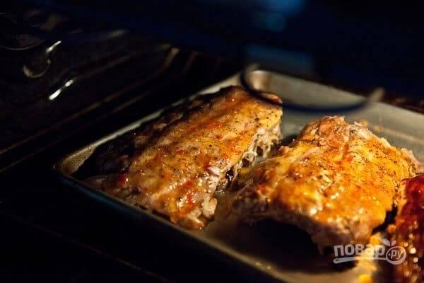 10. И отправьте в духовку. Увеличьте температуру до 180 градусов и запекайте ребрышки около 20 минут.