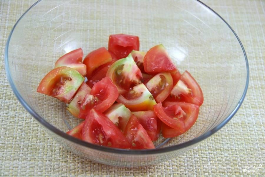 Дольками нарежьте помидоры.