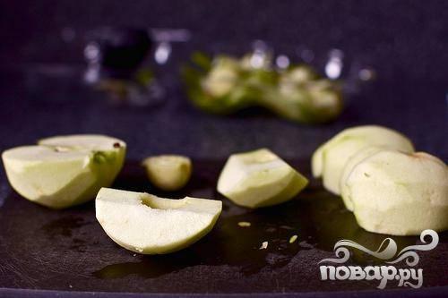 1. Яблоки очистить, разрезать пополам и удалить сердцевину. Затем разрезать на четвертинки. Перемешать яблоки с лимонным соком и 1/3 стакана сахара в миске. Дать постоять в течение 15 минут, пока яблоки не пустят сок и не пропитаются сахаром.