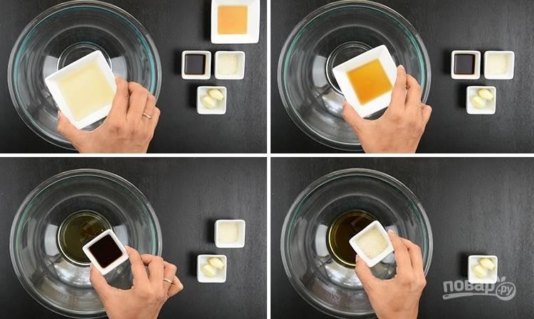 3. В отдельной миске смешайте уксус, кунжутное масло и сахар.