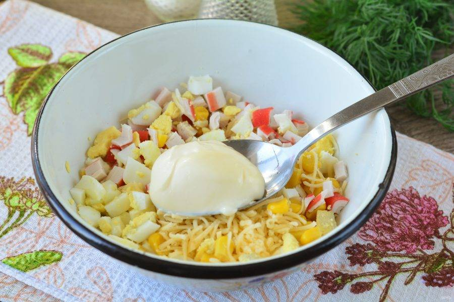 Салат перемешайте, добавьте специи по вкусу и майонез.