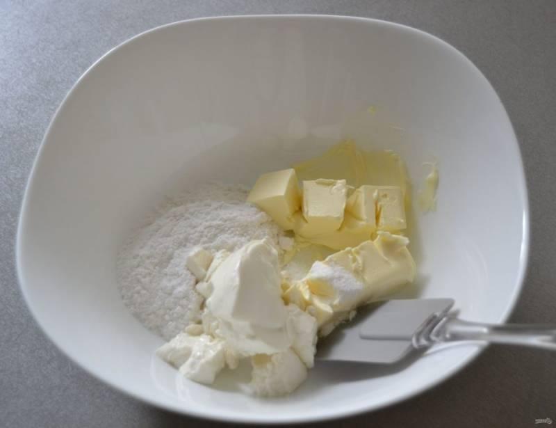 Соедините все ингредиенты для крема, смешав лопаточкой, чтобы при взбивании сахарная пудра не разлетелась в стороны.