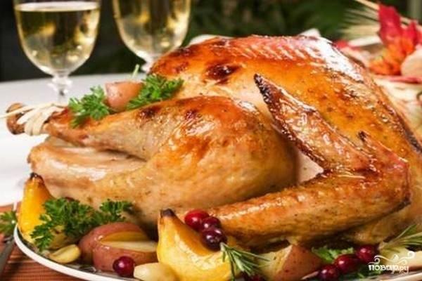 Готового гуся достаем и укладываем целиком на блюдо, украсив зеленью и запеченными яблоками.