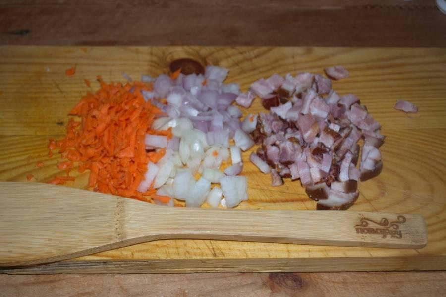 Очищаем овощи. Картофель нужно нарезать кубиками, лук измельчить, натереть на терке морковь.