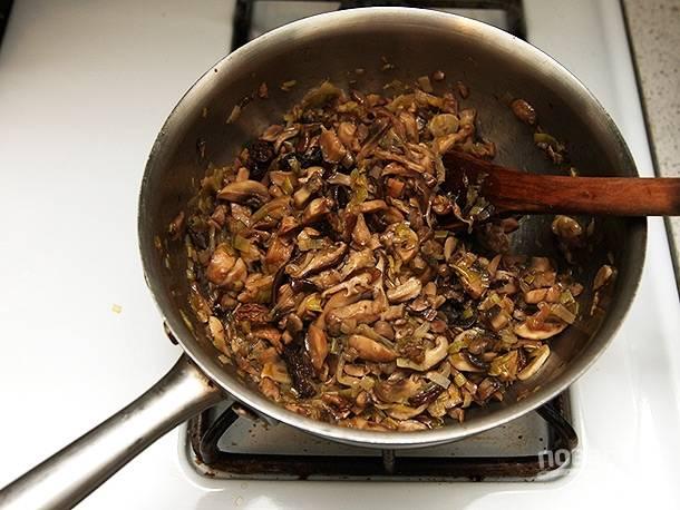 К луку добавьте порезанные грибы, обжаривайте 8-10 минут.