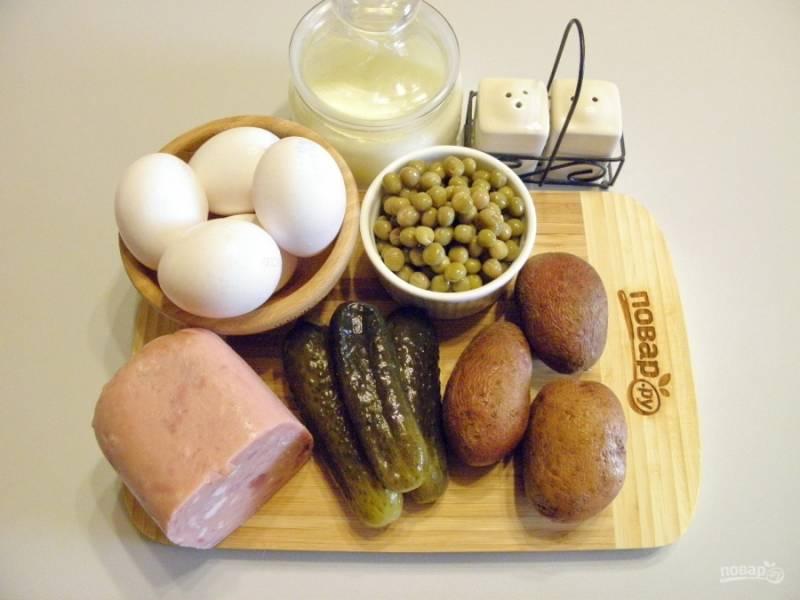 Отварите картофель и яйца до готовности, остудите и очистите. Горошек отцедите от жидкости. Возьмите глубокую удобную посудину для смешивания ингредиентов. Приступим.
