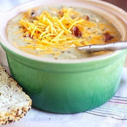 7. Дополнительно посыпать сверху тертым сыром, кусочками бекона и нарезанным зеленым луком. Хранить похлебку в холодильнике в течение 2-3 дней. Разогреть на медленном огне, медленно перемешать и добавить 1 стакан молока, если похлебка слишком густая.