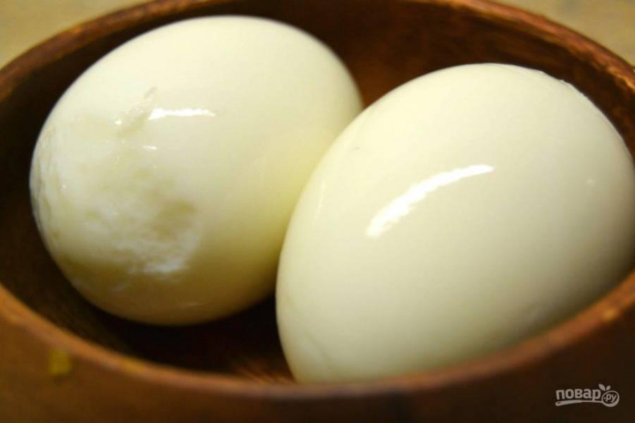 2.Очистите яйца от скорлупы, для этого сразу же после варки поставьте их под холодную воду на минуту.