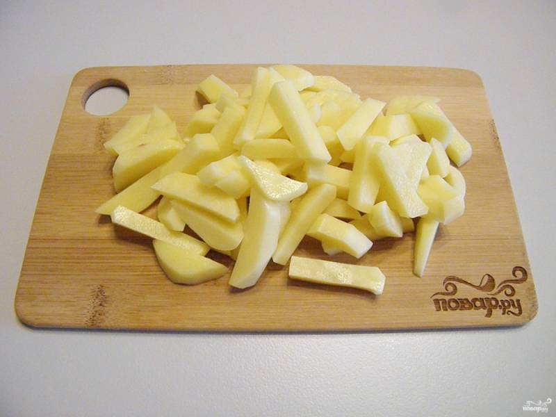 Картофель порежьте тонко соломкой, чтобы быстрее сварился.