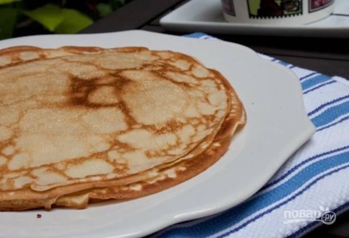 Обжарьте блинчики с обеих сторон до золотистого цвета и выложите стопкой на тарелку. Подавайте горячими.