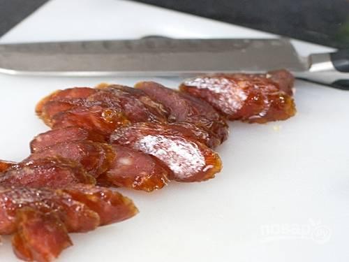 2. Нарежьте колбаски тонкими слайсами.