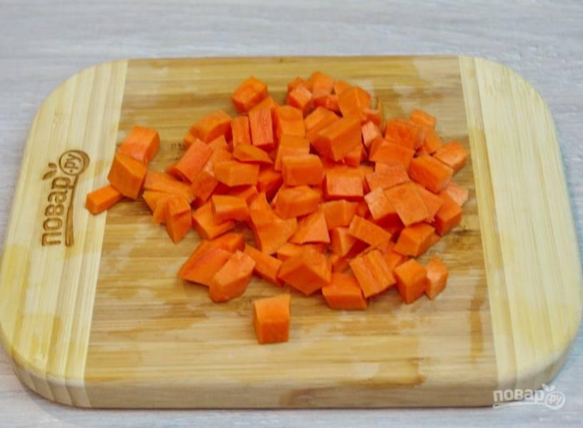 Сырую морковь нарежьте на кубики.