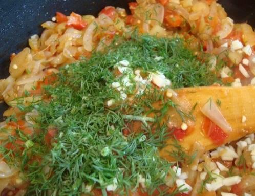 К овощам добавляем мелко порезанный чеснок и зелень, через 1-2 минуты снимаем с плиты.