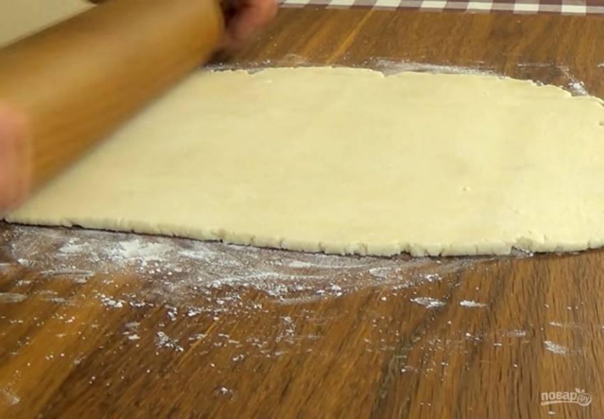 2. Соедините обе массы и быстро замесите эластичное тесто. Разделите тесто на две части, сложите их в полиэтиленовые пакеты и поставьте в холодильник на 2 часа. Сахар смешайте с корицей. Тесто раскатайте в пласт толщиной 3 мм.
