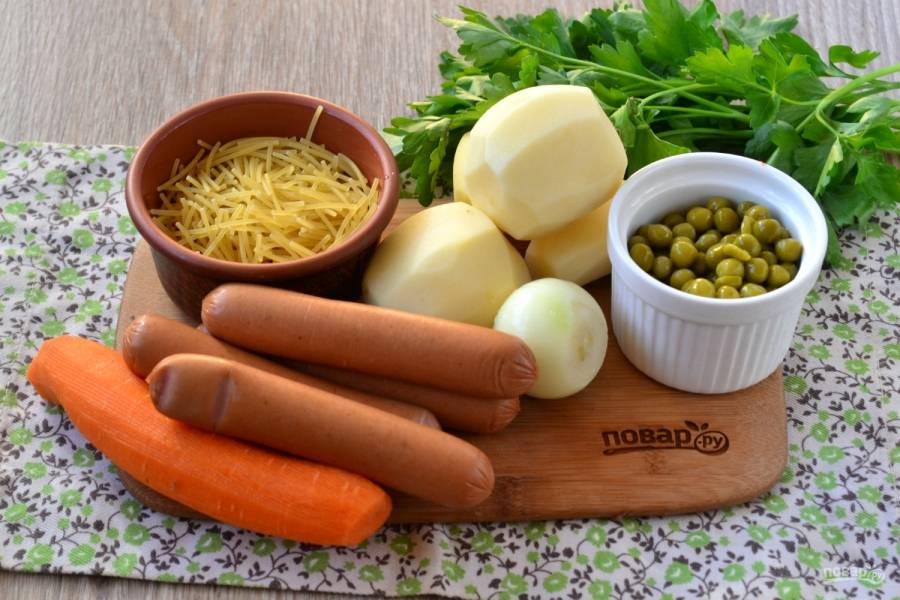 Подготовьте все необходимые ингредиенты. Картофель, лук и морковь очистите. Воду поставьте на огонь, пусть закипает.