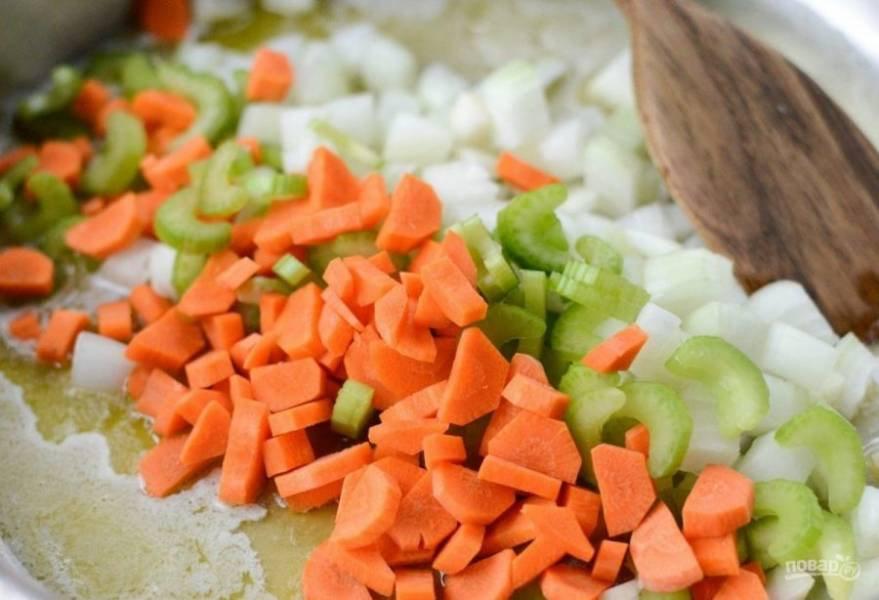 2. На сковороде разогрейте оба вида масла. Обжарьте в нём морковь, сельдерей и лук со щепоткой соли в течение 9 минут.