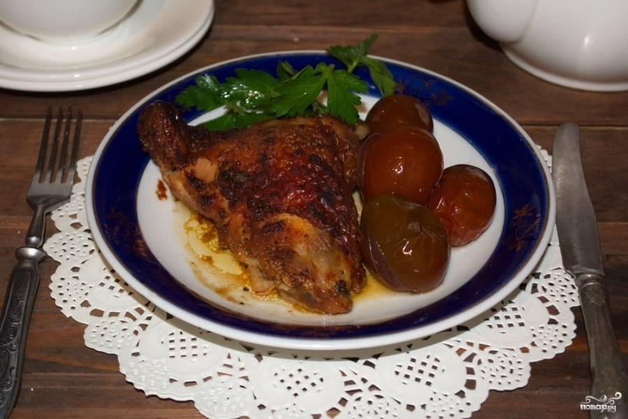 Запекайте мясо в горячей духовке при 170-200 градусах около 1 часа и 20-30 минут. Подайте к столу. Оно такое вкусное и ароматное, что тает во рту. Мясо очень сочное, несмотря на свою румяность и отсутствие подливки.
