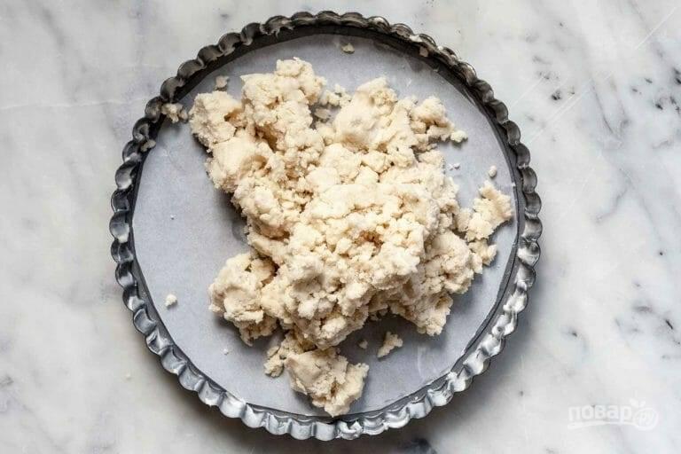 3.Влейте ванильный экстракт и молоко, перемешайте. В качестве альтернативы для перемешивания можете использовать миксер. Переложите тесто в форму для запекания, застеленную пергаментом.