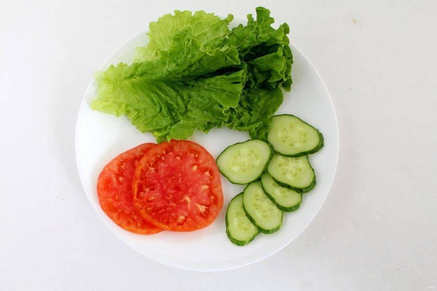 Овощи помойте и порежьте тонкими слайсами. Салатные листья промойте и обсушите бумажным полотенцем.
