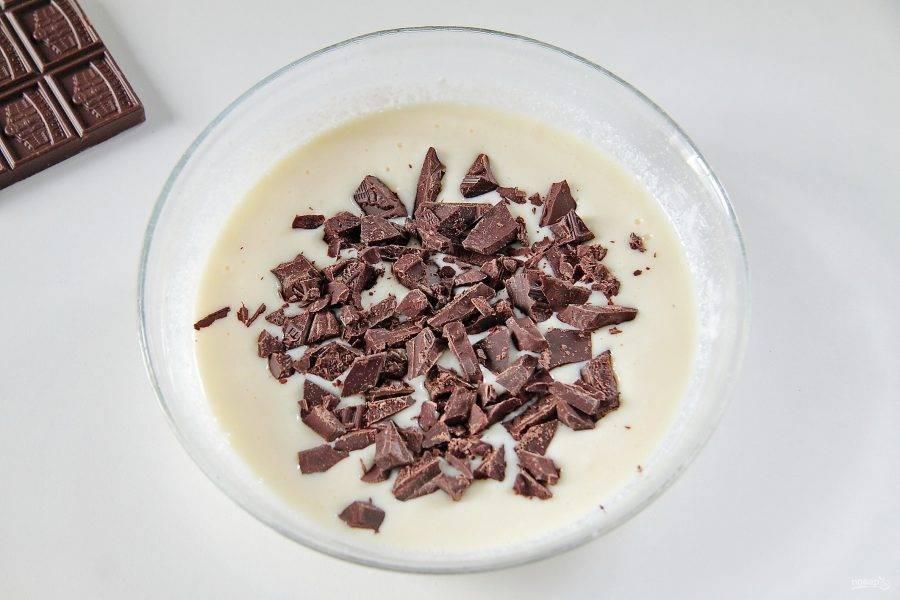 9. При помощи погружного блендера превратите начинку в однородную массу. Добавьте к ней измельченный ножом шоколад, примерно 50 гр будет достаточно, остатки оставьте для украшения.