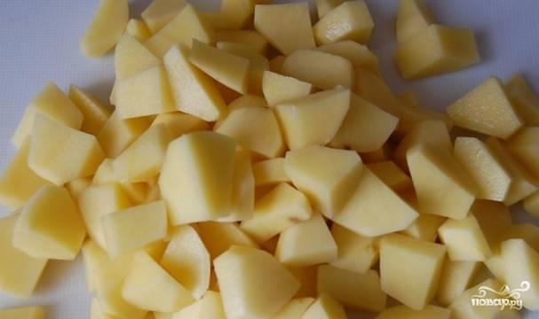 Картофель очищаем и нарезаем кубиками.