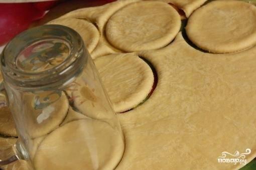 6. Раскатайте тесто, выдавите из него кружки при помощи стакана.