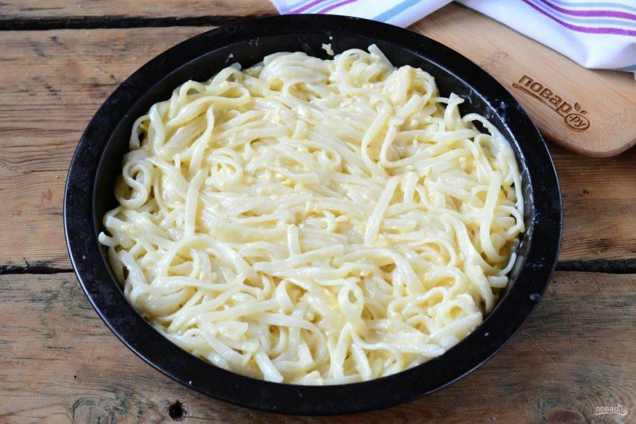 Переложите спагетти в форму для запекания, смазанную сливочным маслом.