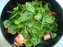 Филе лосося и шпинат выложите на разогретую сковороду с оливковым маслом.