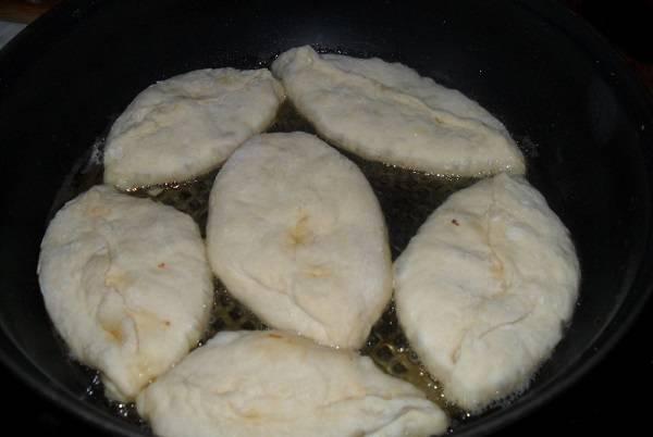5. На сковороде разогреть растительное масло. Жарить воздушные пирожки на сковороде в домашних условиях под крышкой до образования румяной корочки. Перед подачей можно выложить их на бумажную салфетку, чтобы убрать остатки масла.